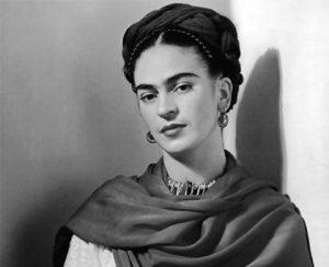 Fotografia en blanco y negro de Frida Kahlo en su juventud