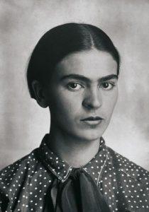 Imágen de Frida Kahlo en blanco y negro. Retrato de Frida Kahlo
